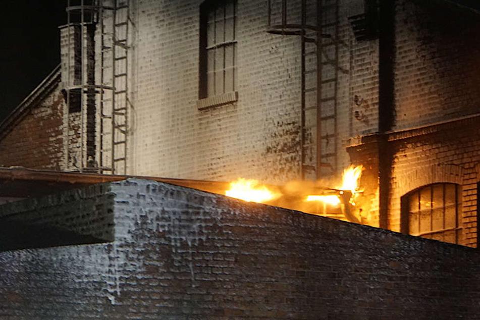 Die Flammen schlagen bereits aus dem Dach.