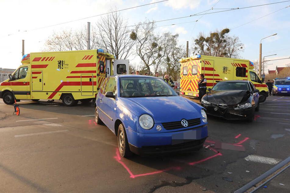 Der Rettungsdienst war im Einsatz. Beide Fahrzeuge standen nach der Kollision auf der Fahrbahn.