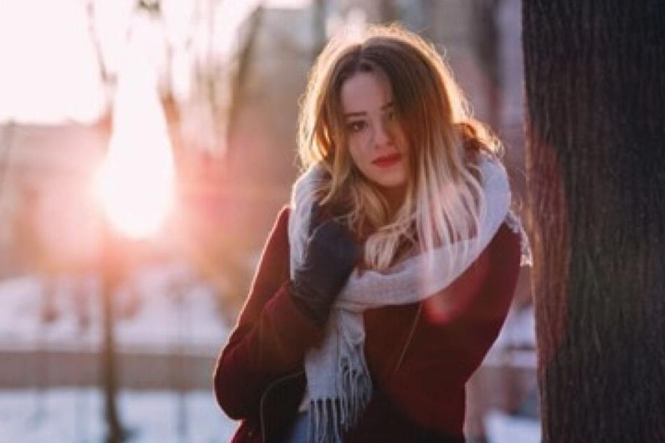 Durch den Wechsel zwischen kalter Winterluft draußen und trockener Heizungsluft drinnen werden unsere Haare in der kalten Jahreszeit besonders stark strapaziert.