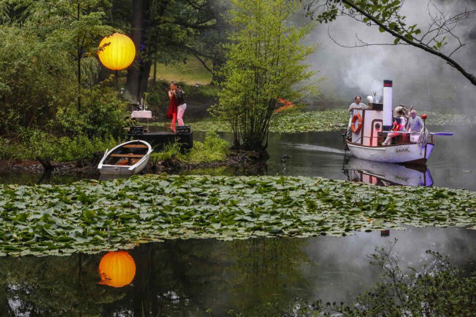 """Tom Roeder inszenierte auf dem Teich nahe der Brockhausstraße """"Das Schiff der Träume""""."""