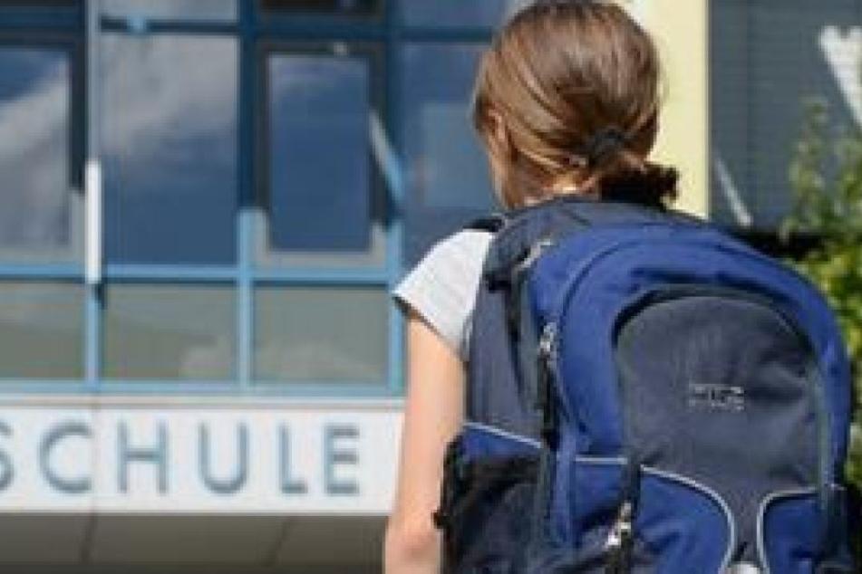 Das Mädchen konnte nicht in die Schule rein, da sie zu hatte. Doch ihre Eltern waren schon weg. (Symbolbild)