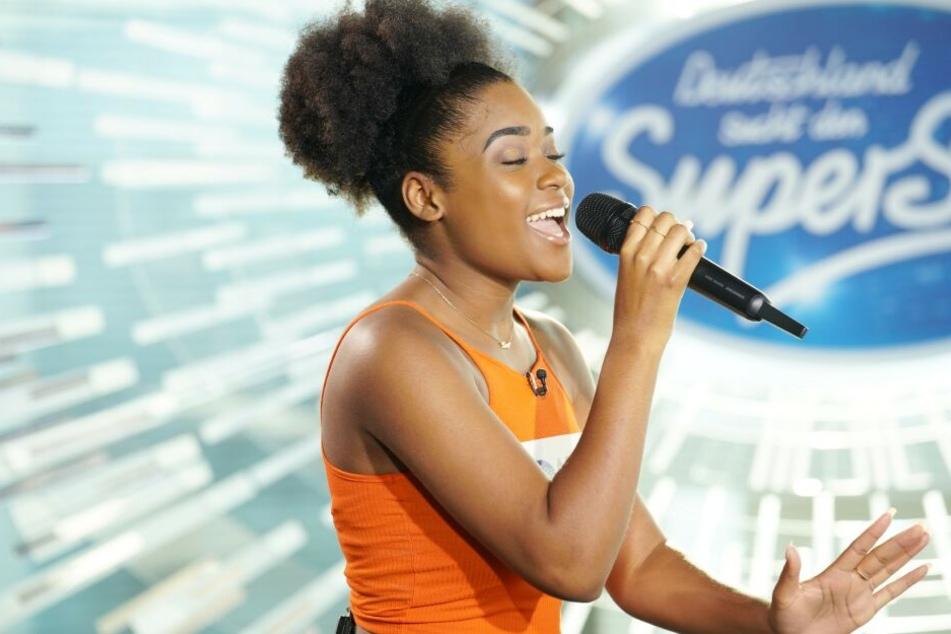 Jayla Ndoumbe Epoupa (17) singt sich mit ihrer gefühlvollen Stimme direkt in die Jury-Herzen.