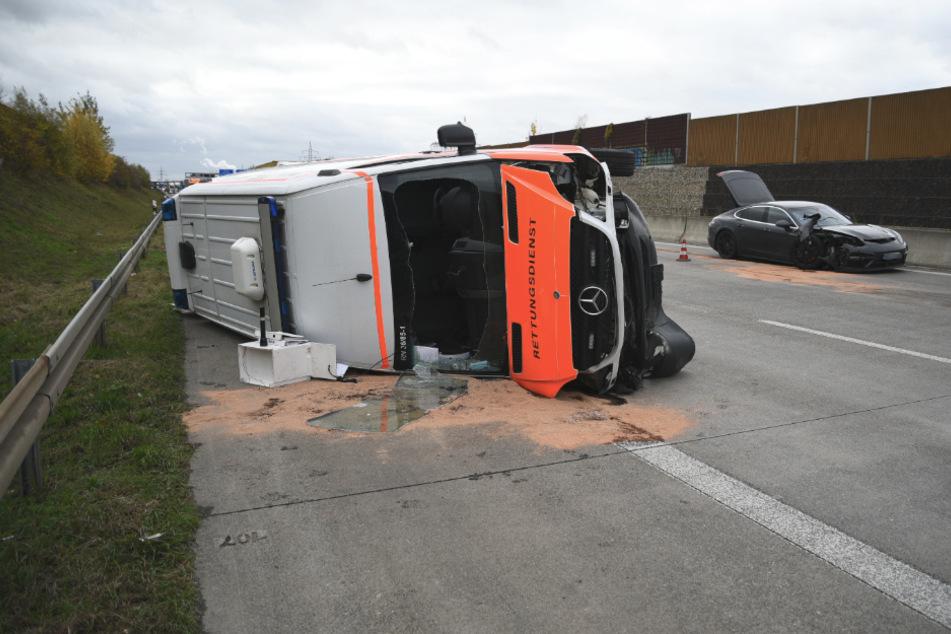 Rettungswagen rammt Porsche und kippt um: A6 gesperrt