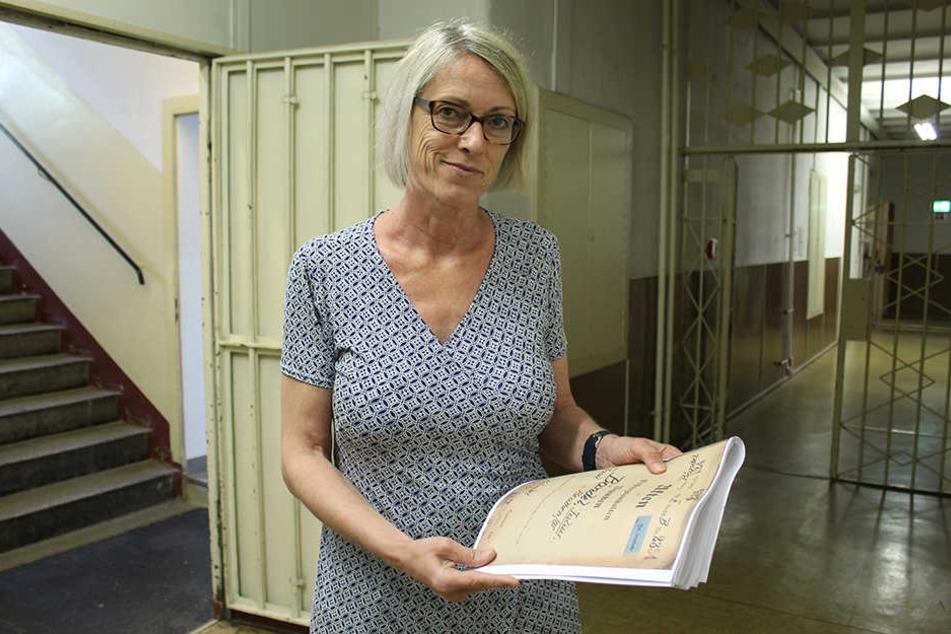 Silke Klewin, Gedenkstätten-Leiterin im ehemaligen Stasi-Knast, mit der Aktes eines der Nazi-Opfer, die in Bautzen leiden mussten.