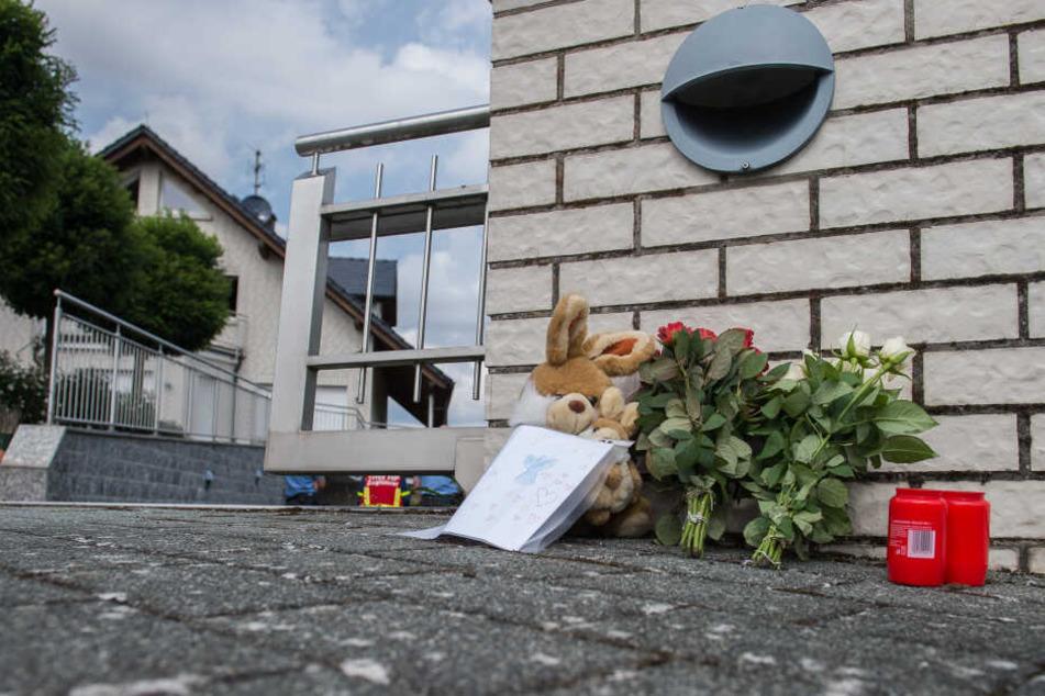 Vor dem Haus wurden Blumen im Gedenken an die beiden ermordeten Kinder niedergelegt.