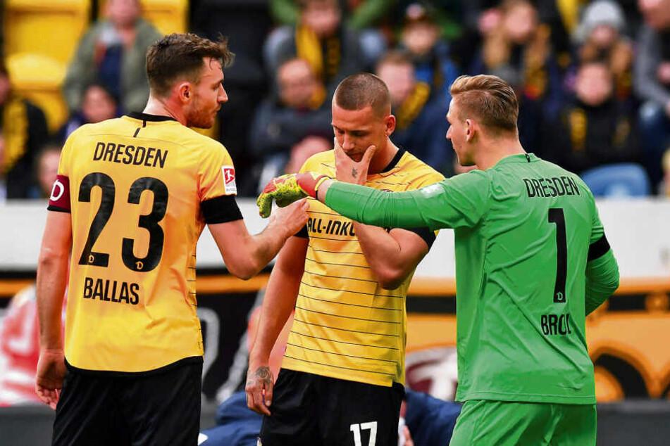 Florian Ballas (l.), René Klingenburg und Torwart Kevin Broll diskutieren. Kapitän Ballas hatte selbst vorm 0:1 nicht gut ausgesehen.