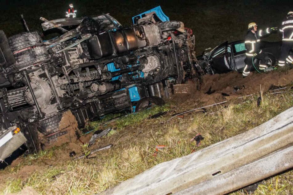 Die zwei Insassen eines Mercedes, sowie der Fahrer eines Opel starben noch an der Unfallstelle.