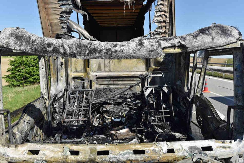 Die Fahrerkabine des polnischen LKW brannte komplett aus.