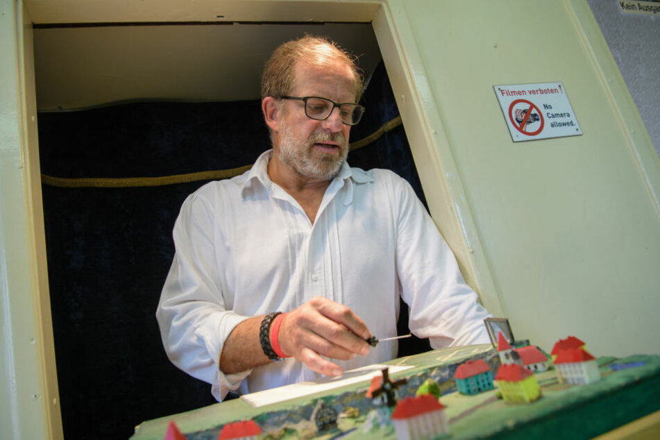 Robert Birk (55) trainiert Flöhe für seinen Flohzirkus.