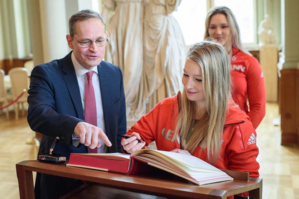Michelle Uhrig, Eisschnellläuferin, trägt sich im Berliner Rathaus in das Buch der Stadt ein.