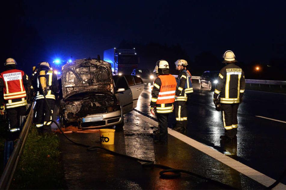 Die Feuerwehr hatte den Brand am VW schnell im Griff.