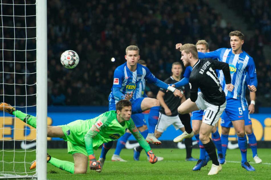 In der 7. Minute traf Stürmer Timo Werner (l.) per Abpraller zum 1:0 für RB Leipzig.