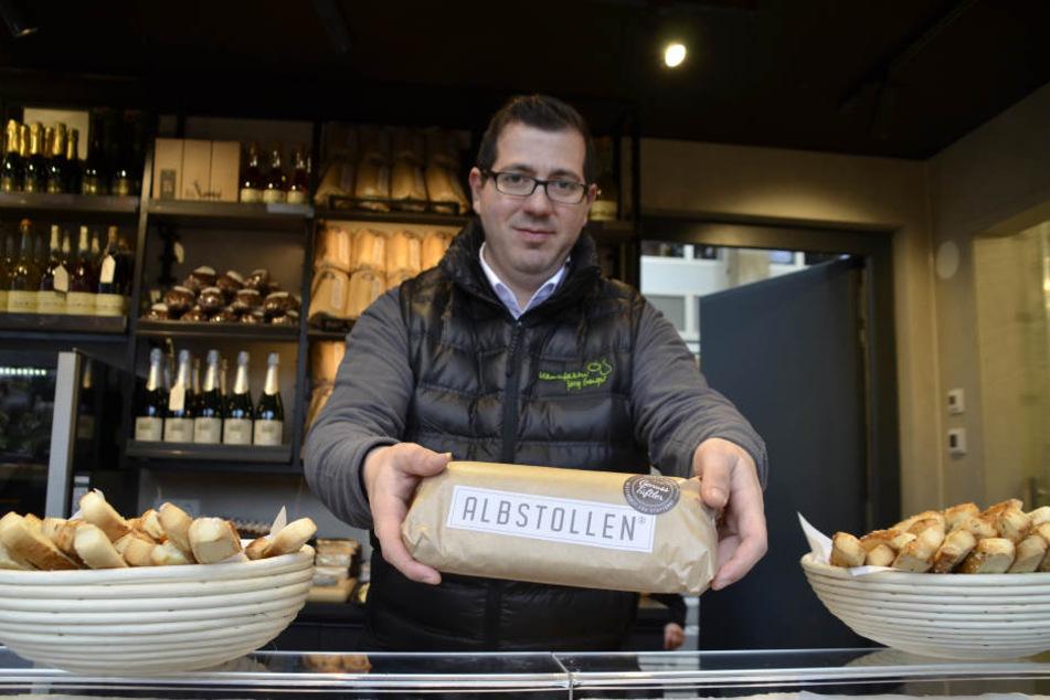 Francesco  Dolcimascolo präsentiert den Albstollen. Er soll für 14,95 Euro zu haben sein.