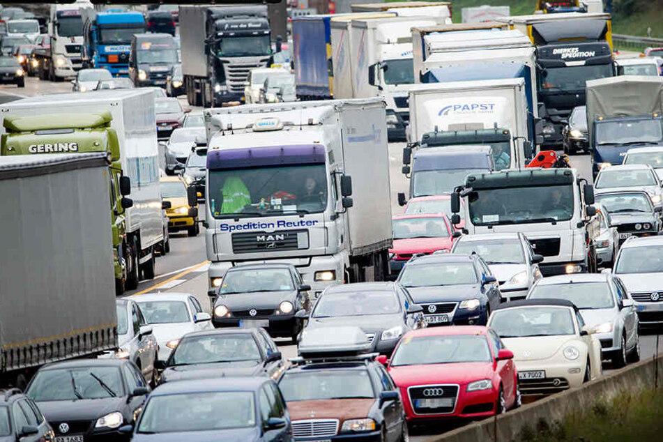 Autobahn statt Urlaub: Wer nicht richtig plant, steht im Stau.