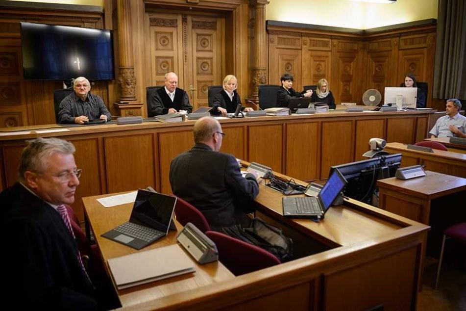 Bernd C. Gerritzen (l), Rechtsanwalt der Geschädigten, ein Gutachter (M) und die Richter sitzen vor Prozessbeginn auf ihren Plätzen.