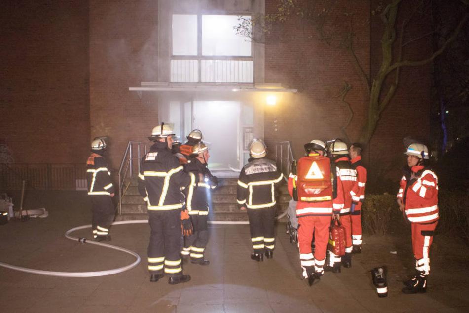 Bei Eintreffen der Feuerwehrleute drang dichter Qualm aus dem Gebäude in Hamburg-Eimsbüttel.
