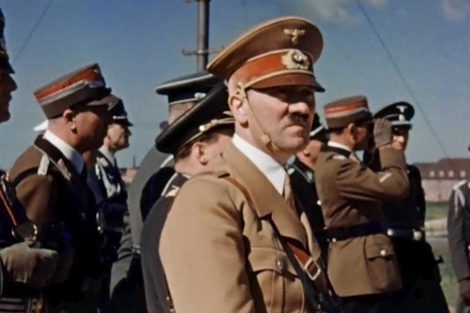 Adolf Hitler bei einem Luftwaffenmanöver auf dem Darß  (1938).