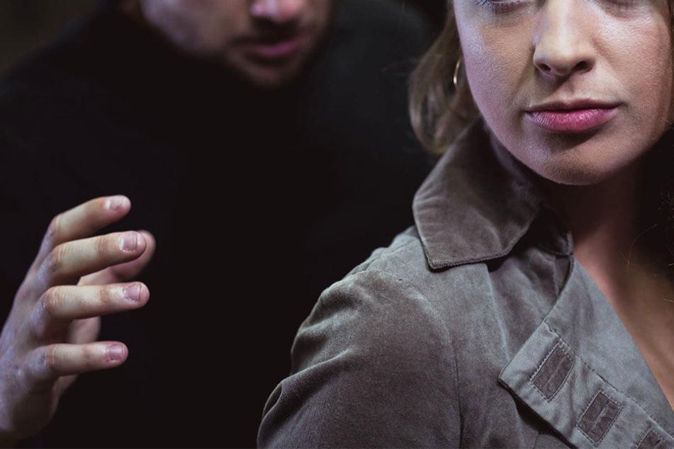 Die Männer griffen die Frau von hinten an. (Symbolbild)