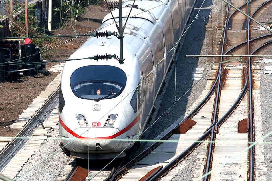 Der Zug blieb während der Fahrt liegen. Ein Versuch, ihn abzuschleppen, scheiterte. (Symbolbild).