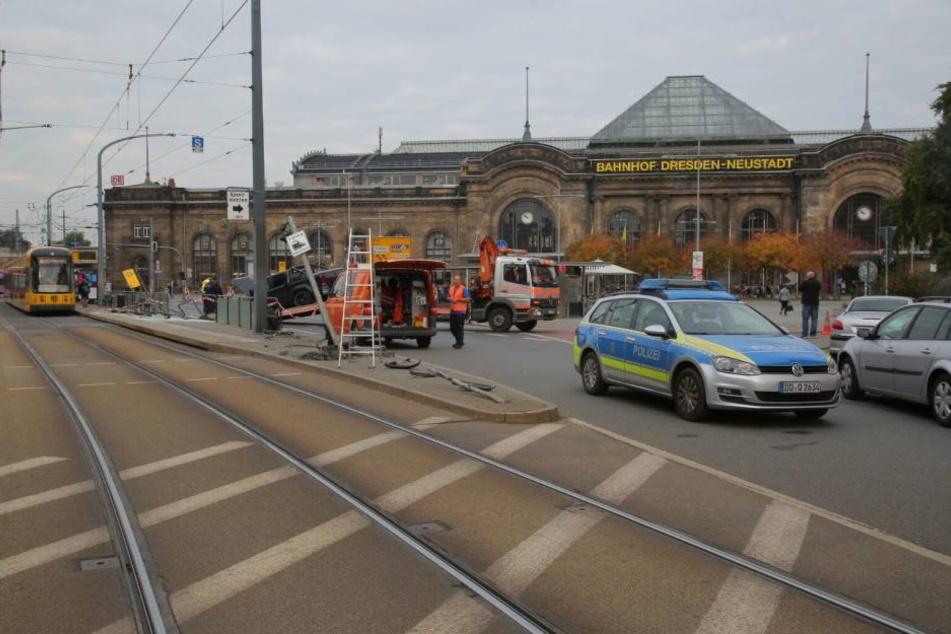Ein Bild der Verwüstung an der Haltestelle am Neustädter Bahnhof in Dresden.