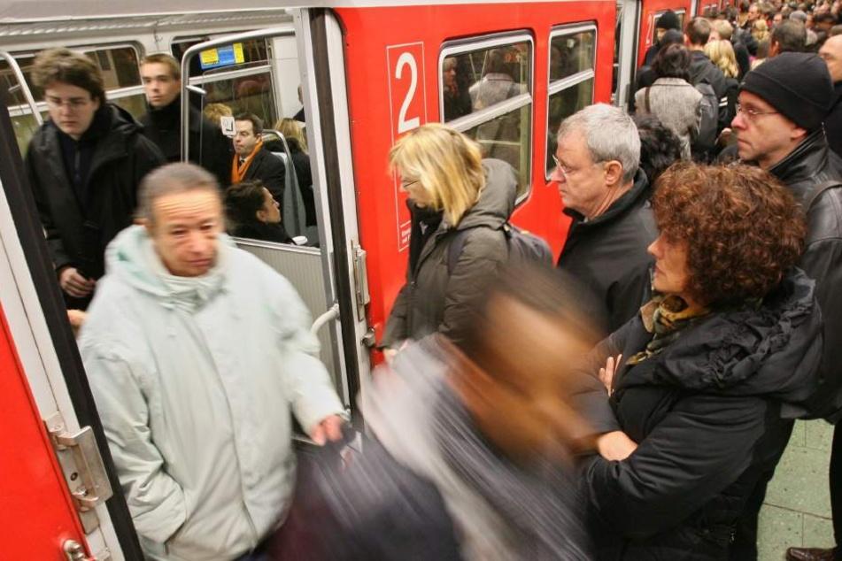 Passagiere beim Ein- und Aussteigen einer S-Bahn. Der Junge wurde von einem Erwachsenen nach dem Angriff einfach hinaus gestoßen. (Symbolbild)
