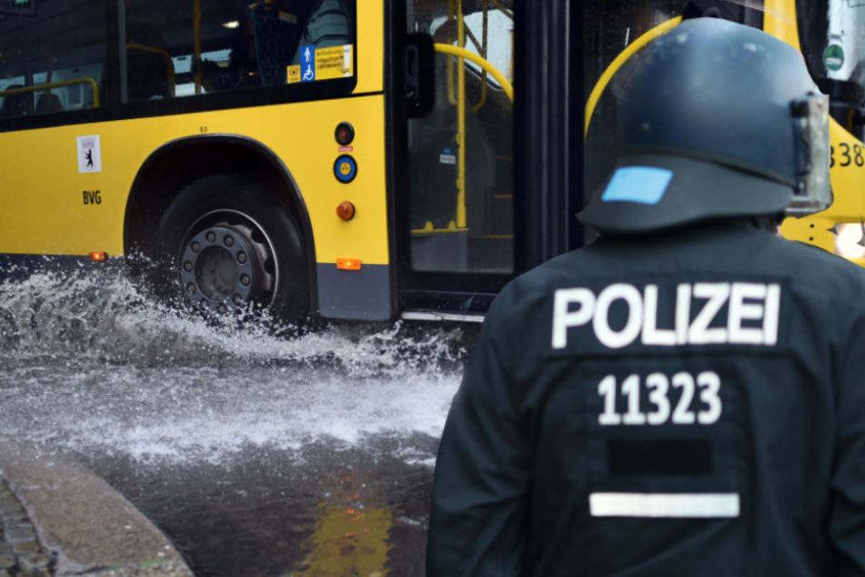 Polizisten nahmen in einem BGV-Bus einen mutmaßlichen Randalierer fest.