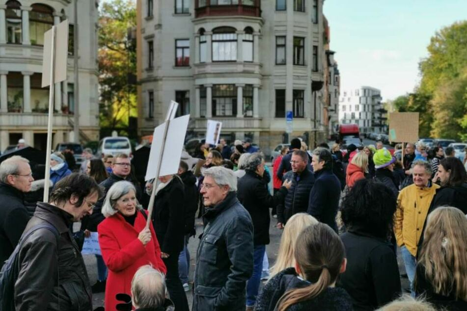 Dutzende Betroffene protestierten am 29. Oktober auf dem Liviaplatz gegen die einen Tag später geplante Umsetzung des Bewohnerparkens.