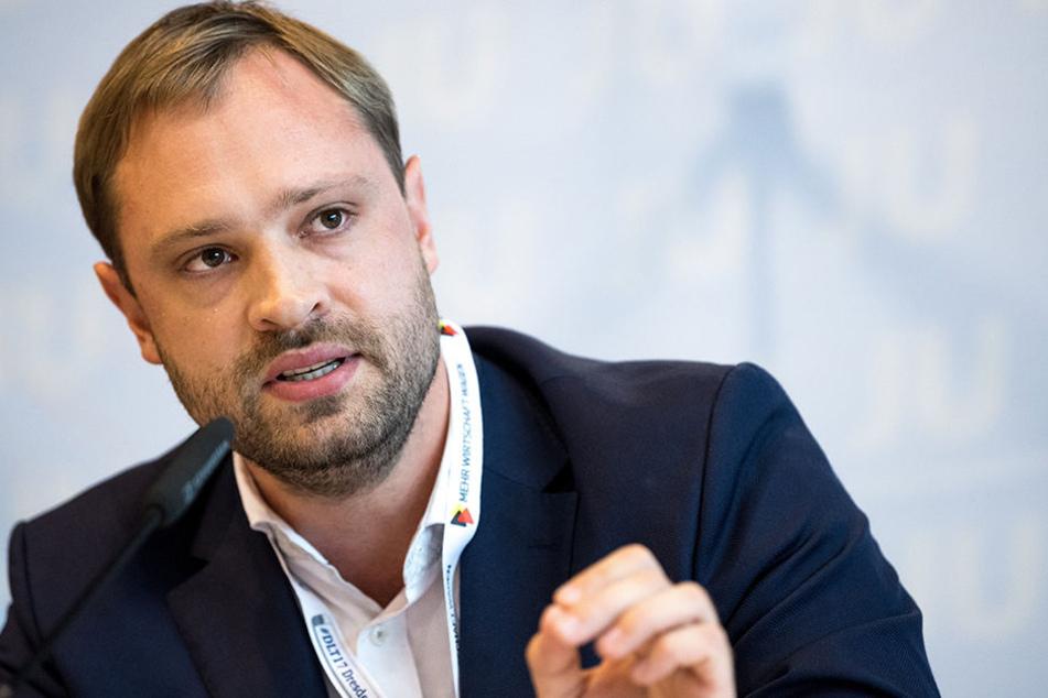 Stadtrat Alexander Dierks (31, CDU) akzeptiert nicht, dass Kaugummi aus Kostengründen kleben bleibt.