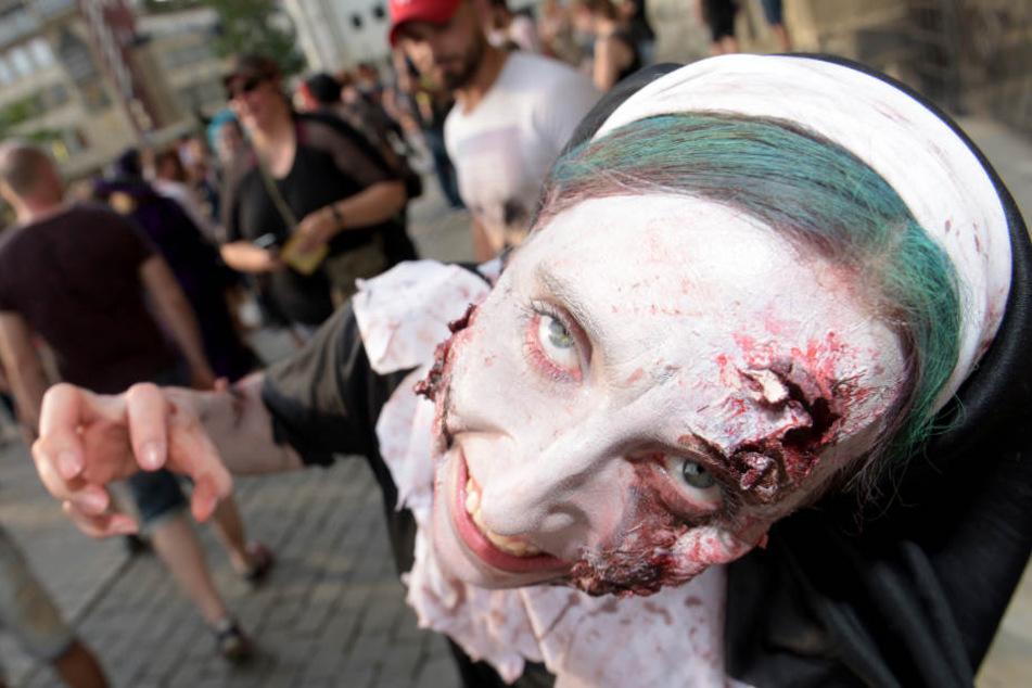 Geschwüre und Wunden im Gesicht: Das Make-Up der Teilnehmer dürfte einige Zeit in Anspruch genommen haben.