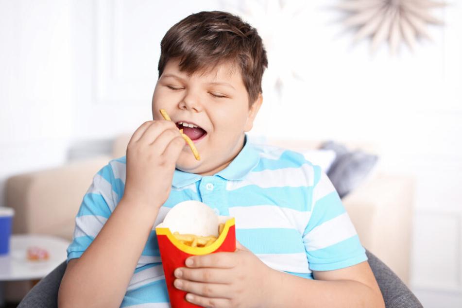 Chips, Cola und Co: Fast Food und vor allem Limonaden enthalten viele Kalorien.