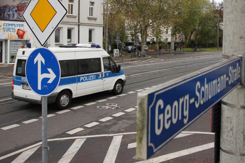 Am Samstag wurde ein Mädchen auf der viel befahrenen Georg-Schumann-Straße von einem Kleintransporter erfasst.