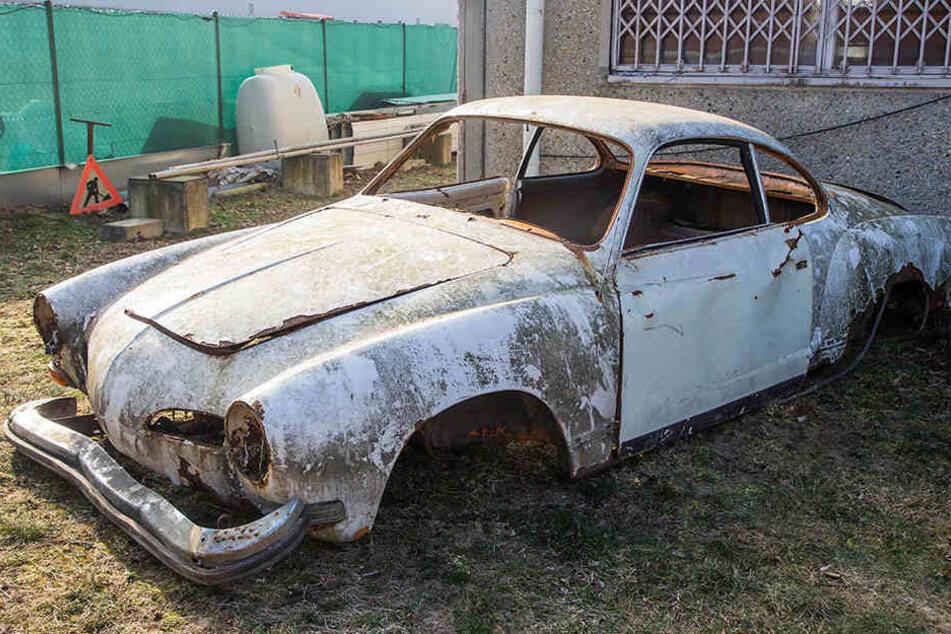 bu DAuch ein Karmann Ghia T14 (Baujahr 1973) hat hier seine letzte Ruhe gefunden.