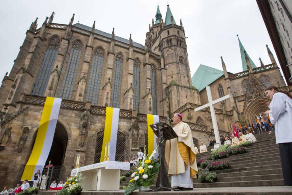Bischof Ulrich Neymeyr vor dem Dom in Erfurt.