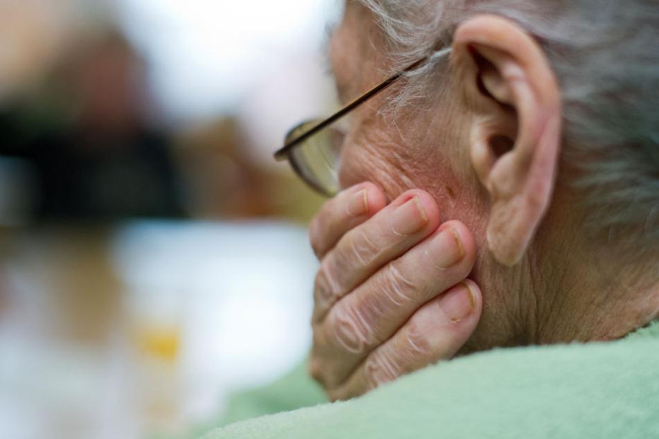 Immer häufiger kommt es vor, dass Trickbetrüger versuchen an die Ersparnisse von Senioren zu kommen (Symbolbild).