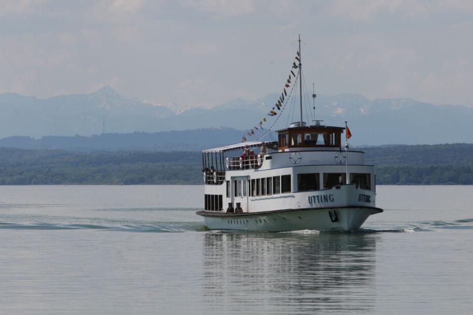 """Das Passagierschiff """"Utting"""" der Ammersee-Schiffsflotte fährt bei Stegen auf dem Ammersee."""