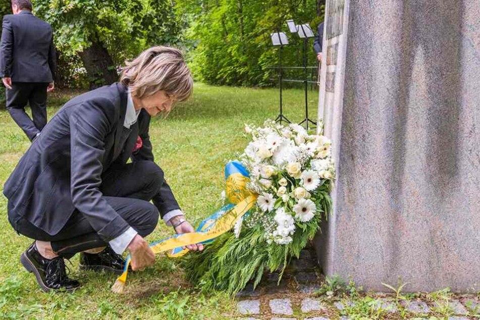 Oberbürgermeisterin Barbara Ludwig (55, SPD) bei der Kranzniederlegung an der  Gedenkstele.