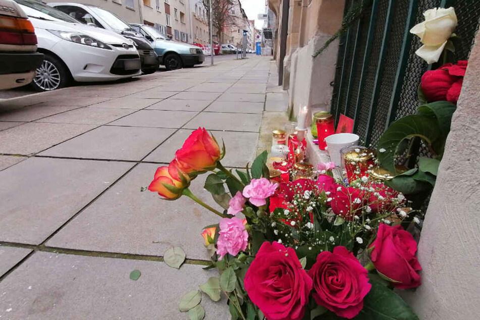 Blumen in der Stuttgarter Forststraße, wo ein 37-Jähriger auf eine 77-Jährige einstach.