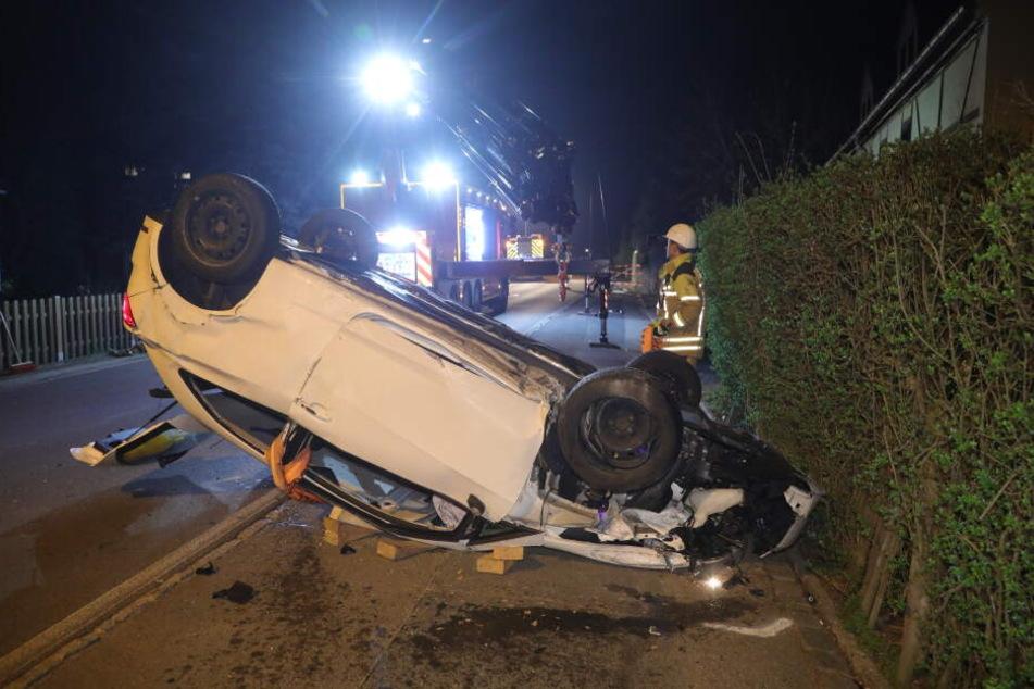 Der Seat Ibiza hat sich im Lockwitzgrund überschlagen und blieb auf dem Dach liegen.