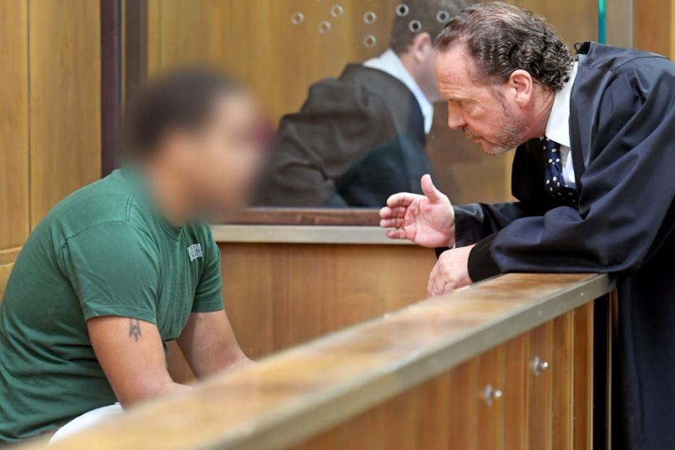 Der Angeklagte berät sich mit seinem Verteidiger Christian Neumann.