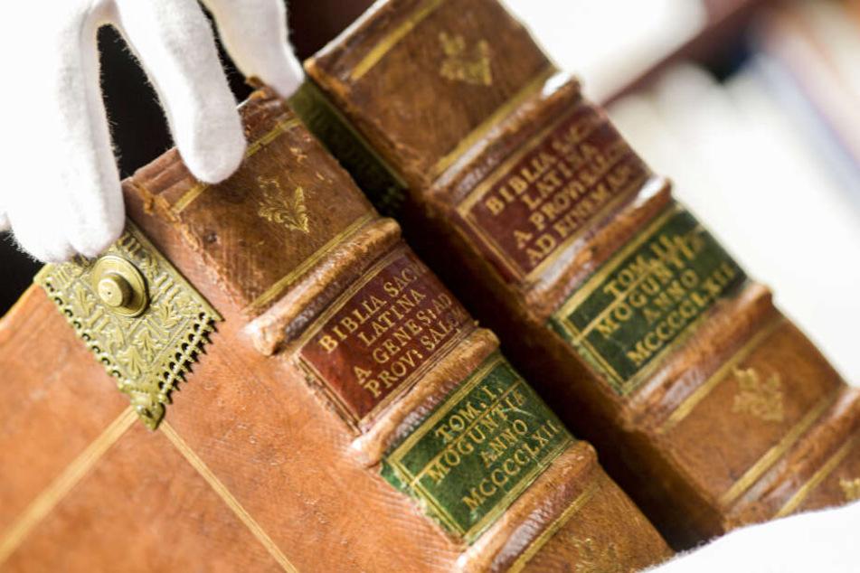 Die Bibel aus Gutenbergs Druckpresse soll am Montag versteigert werden.