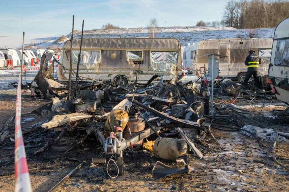 In Lichtenberg standen auf einem Campingplatz beim Erzgebirgsring mehrere Wohnwagen in Flammen.