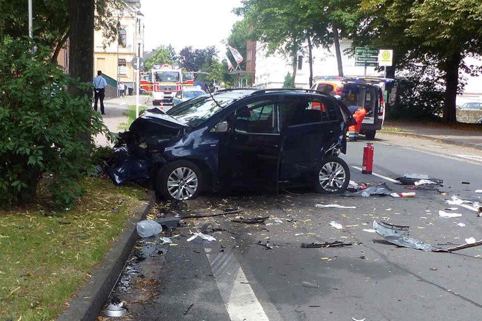 Der VW Golf wurde gegen einen Baum gedrückt.