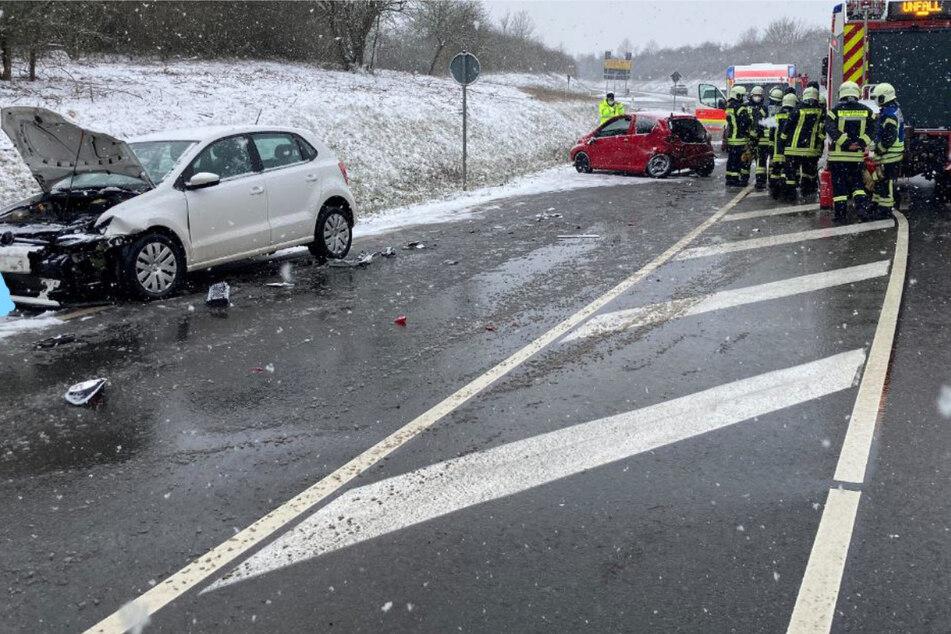 Die Frau war auf der glatten Straße mit einem anderen Auto kollidiert und wurde dann unangeschnallt aus dem Fenster geschleudert.