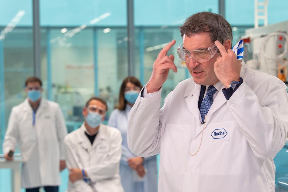 Markus Söder (53, CSU), Ministerpräsident von Bayern in einem Forschungslabor.
