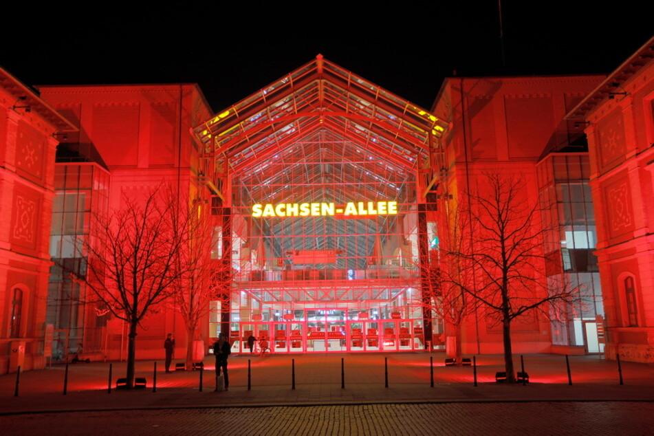 Leuchtete am Montagabend rot: Die Sachsen-Allee in Chemnitz.