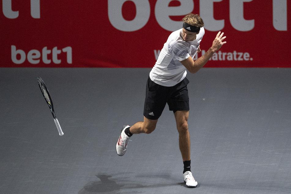 Kein Erfolg im Doppel am Dienstag: Alexander Zverev reagierte während der Partie und wirft seinen Schläger auf den Boden.
