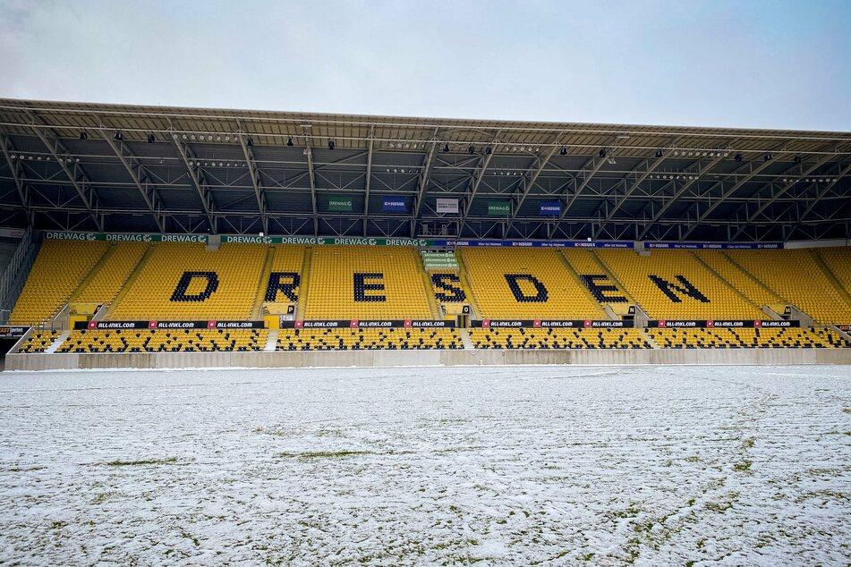 Der Rasen des Rudolf-Harbig-Stadions ist so verschneit, dass Dynamo am Mittwoch nicht darauf spielen kann.