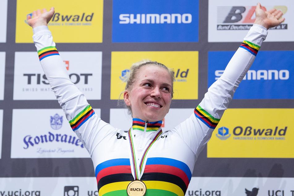 Weltmeisterschaft, Keirin, Frauen, Siegerehrung: Emma Hinze aus Deutschland, Gewinnerin der Goldmedaille, freut sich auf der Bühne.