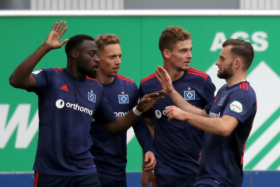 HSV-Spieler Khaled Narey (l) jubelt mit seinen Teamkollegen nach seinem Treffer zum 1:0 gegen Greuther Fürth.