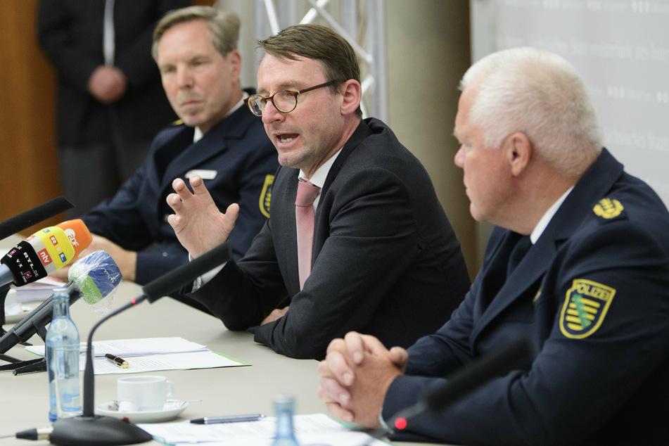 Am Freitag äußerten sich Leipzigs Polizeichef Torsten Schultze, Innenminister Roland Wöller und Landespolizeipräsident Horst Kretzschmar (v.l.n.r.) auf einer Pressekonferenz in Dresden.